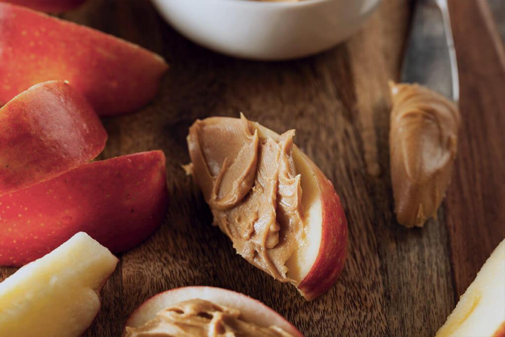 Дольки яблока с арахисовым маслом