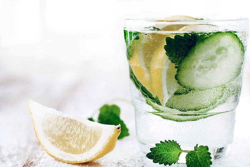 Вода с лимоном или огурцом